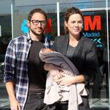 Amelia Bono y Manuel Martos presentando a su hijo Jaime a su salida del hospital