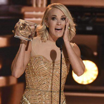 Carrie Underwood con su premio en los CMA Awards 2016