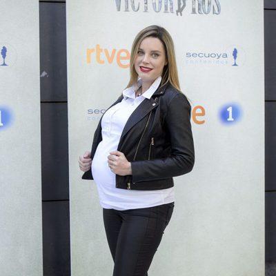 Carolina Bang presume de embarazo en la presentación de la segunda temporada de 'Víctor Ros'
