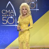 Dolly Parton con su premio en los CMA Awards 2016