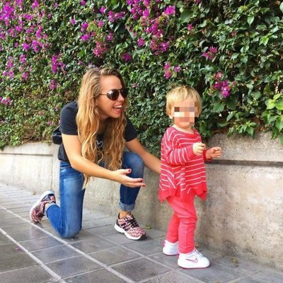 Yoli de 'GH 15', junto a su hija Valeria dando un paseo