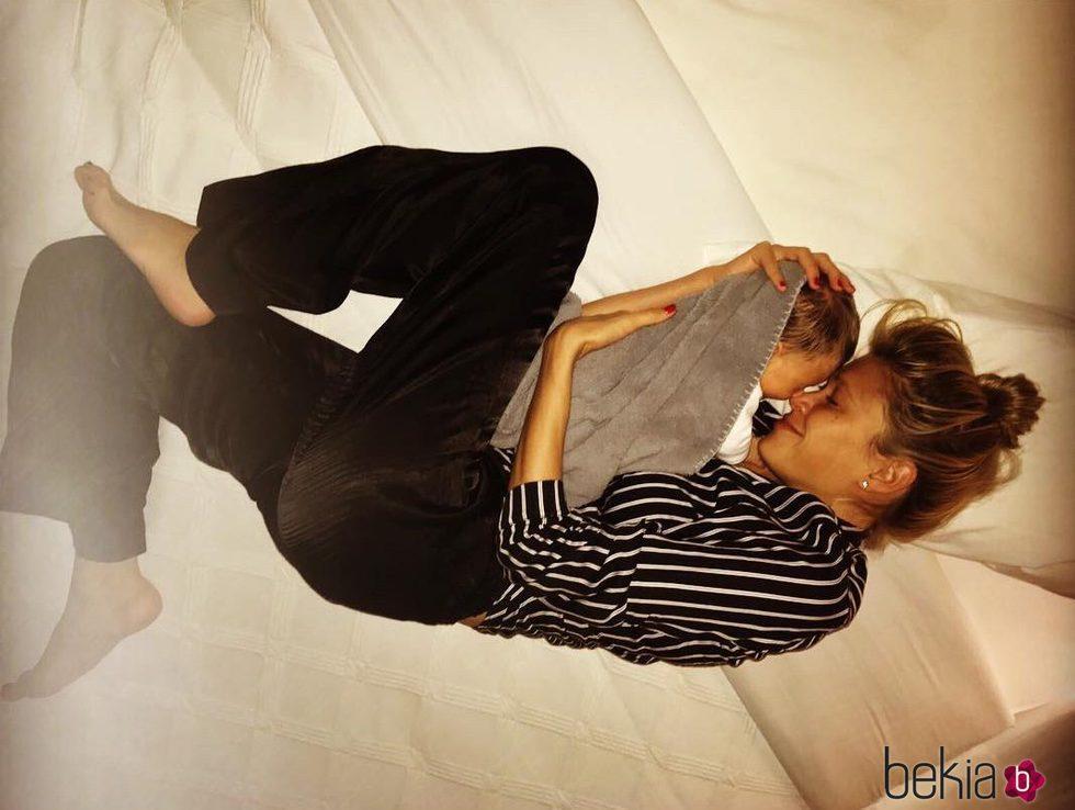 Carla Pereyra con su hija Francesca en brazos tumbadas en la cama