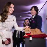 Kate Middleton acaricia al gato bob en el estreno de 'A street cat named Bob'