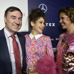 Ágatha Ruiz de la Prada y Pedro J. Ramírez con su hija Cósima en Madrid Fashion Week