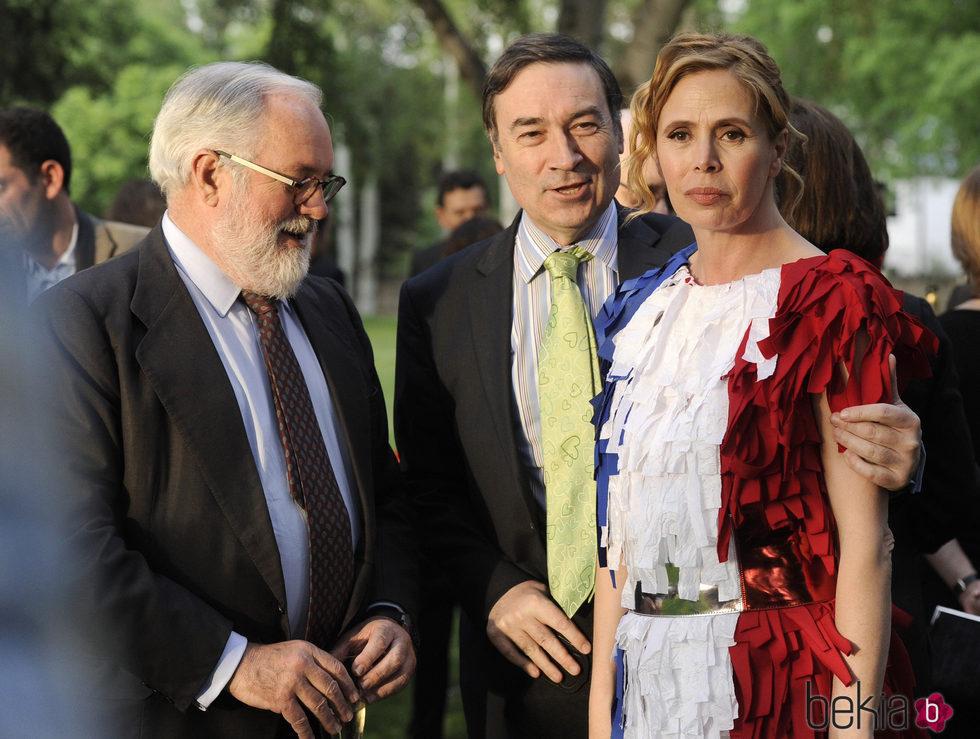 Ágatha Ruiz de la Prada y Pedro J. Ramírez con Miguel Arias Cañete en un acto público