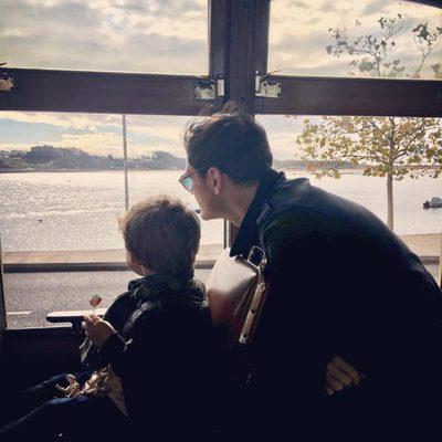 Iker Casillas con su hijo Martín en el tranvía de Oporto