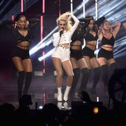 Zara Larsson durante su actuación en los MTV EMA 2016