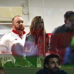 Emilia Clarke, David Benioff, Hafthor Júlíus Björnsson y Peter Dinklage viendo al Sevilla