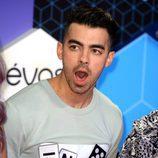 Joe Jonas abriendo la boca mientras posaba en la alfombra roja de los MTV EMA 2016