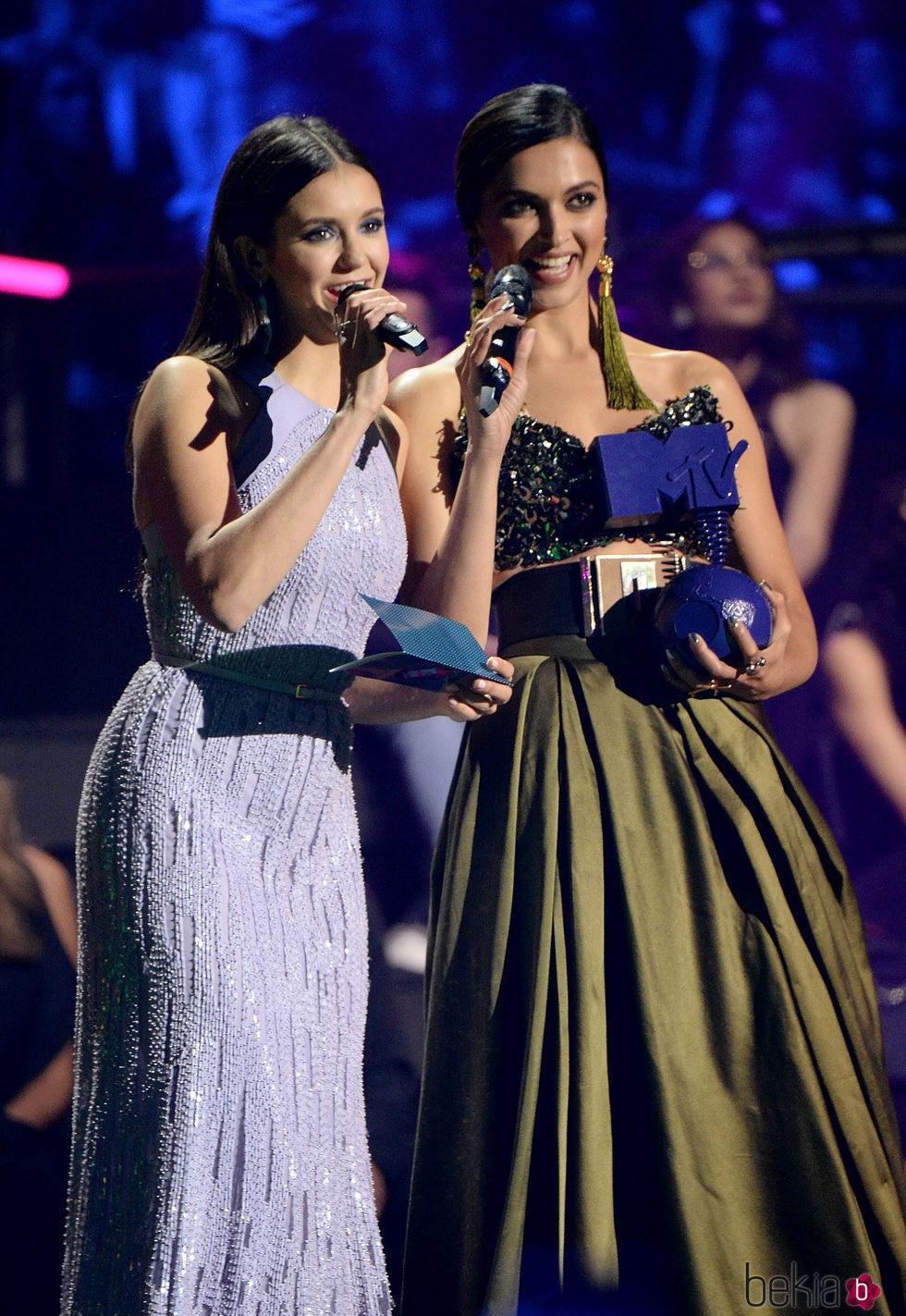 Nina Dobrev y Deepika Padukone presentando un galardón en los MTV EMA 2016