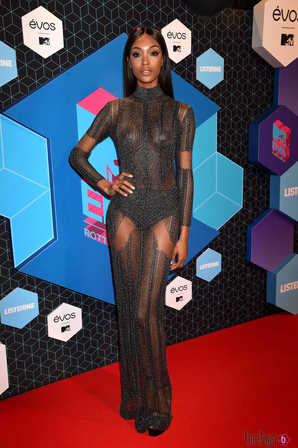 Jourdan Dunn en la alfombra roja de los MTV EMA 2016 con un look total black