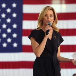Elizabeth Banks apoyando a Hillary Clinton