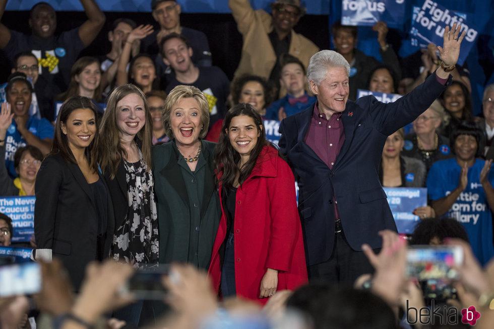 Eva Longoria en una convención junto a Hillary Clinton y su familia