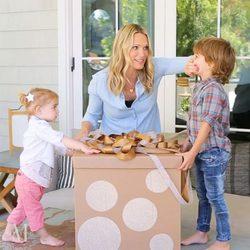 Molly Sims con sus hijos celebrando la llegada de un nuevo hermanito
