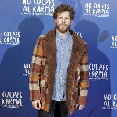 Álvaro Cervantes durante la premiere de la película 'No culpes al karma de lo que te pasa por gilipollas'