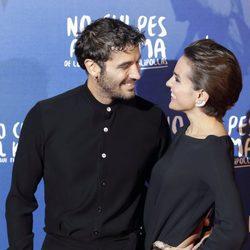Álex García y Verónica Echegui durante la premiere de la película 'No culpes al karma de lo que te pasa por gilipollas'