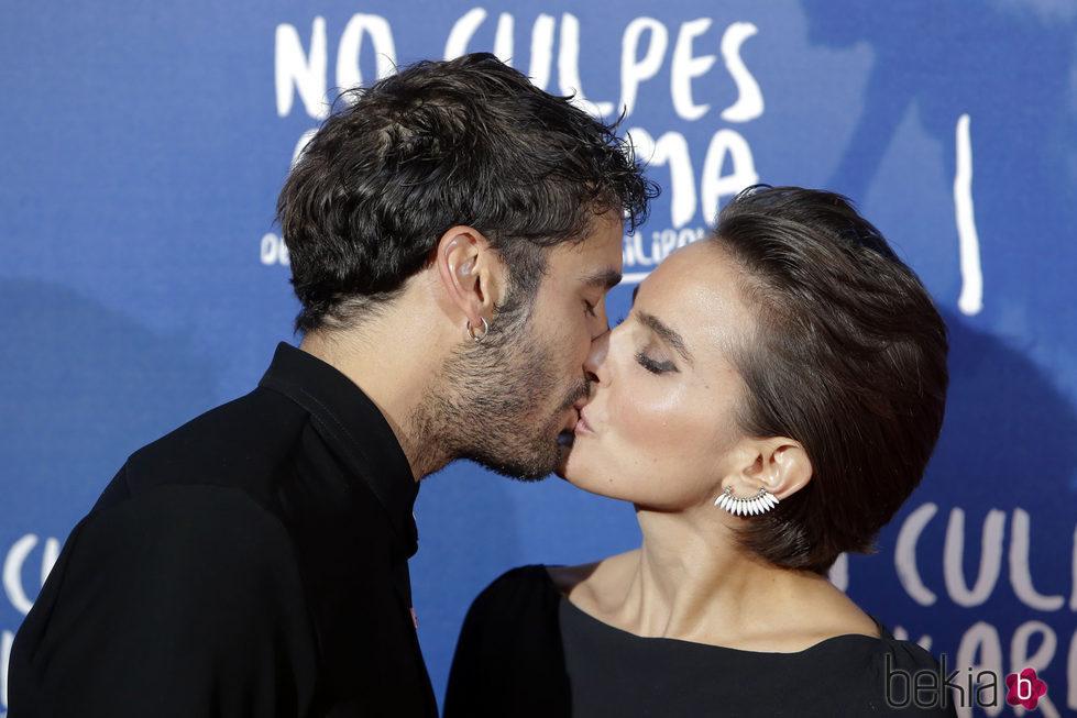 Álex García y Verónica Echegui se besan durante la premiere de la película 'No culpes al karma de lo que te pasa por gilipollas'