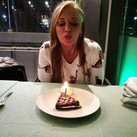 Belén Esteban soplando una vela para celebrar su 43 cumpleaños