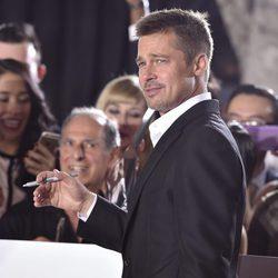 Brad Pitt reaparece en la alfombra roja para el estreno de su película 'Allied'