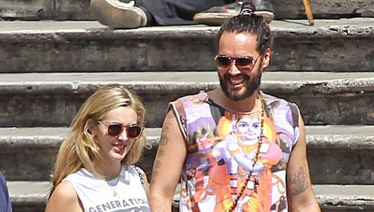 Russell Brand encantado junto a su novia Laura Gallacher
