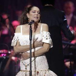 Isabel Pantoja, emocionada en su regreso con un concierto de presentación de 'Hasta que se apague el sol'