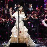 Isabel Pantoja cantando en su regreso con un concierto de presentación de 'Hasta que se apague el sol'