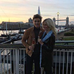 Pixie Lott y Oliver Cheshire brindando tras el anuncio de boda