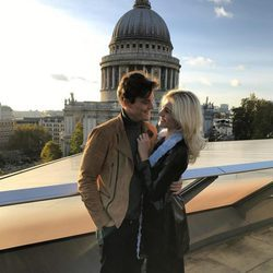 Pixie Lott y Oliver Cheshire besándose tras comprometerse