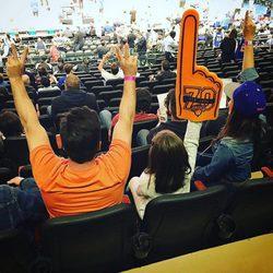 David Bustamante y su hija Daniella viendo un partido de baloncesto en Nueva York