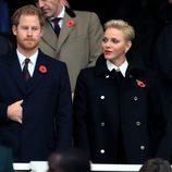 El Príncipe Harry y Charlene de Mónaco en un partido de rugby