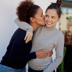 Elena Anaya luciendo embarazo mientras es besada por su novia Tina Afugu Cordero