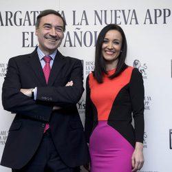Pedro J. Ramírez y Cruz Sánchez de Lara algo nerviosos en su primer posado como pareja