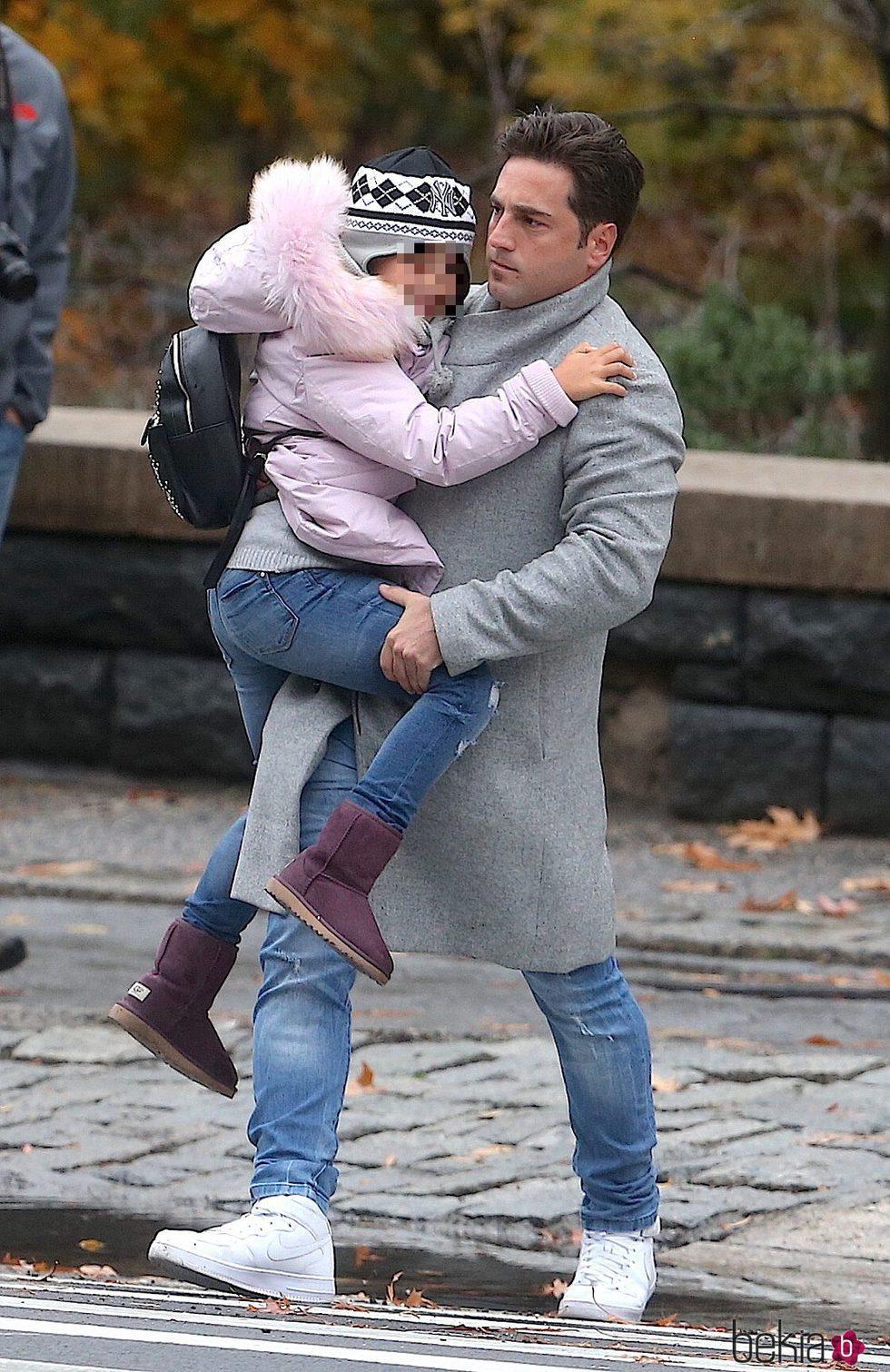 David Bustamante lleva a su hija Daniella en brazos en Nueva York