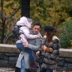 David Bustamante con su hija Daniella en brazos y Paula Echevarría en Nueva York