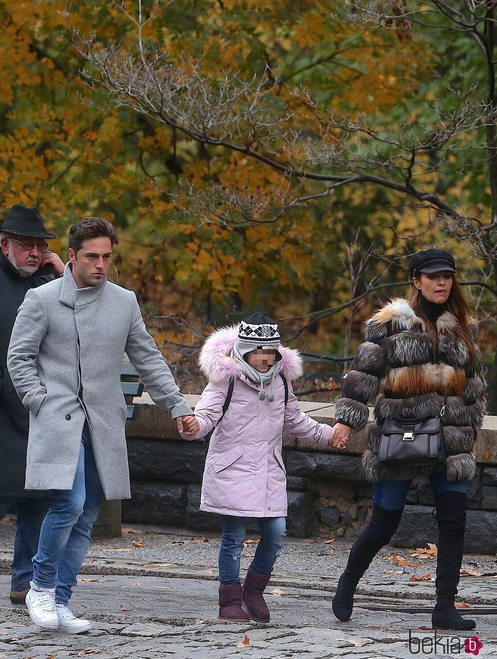 David Bustamante y Paula Echevarría de la mano de su hija Daniella en Nueva York