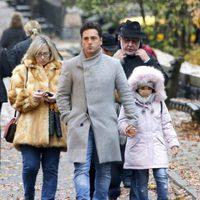 David Bustamante con su hija Daniella y sus suegros en Nueva York