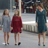 La Reina Letizia mira a la Princesa Leonor y la Infanta Sofía en la Apertura de la XII Legislatura