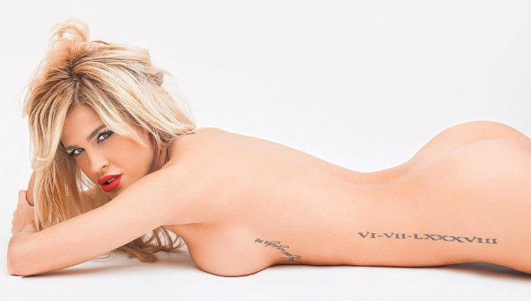 Ylenia posando completamante desnuda