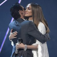 Jennifer Lopez y Marc Anthony abrazados en los Grammy Latinos 2016