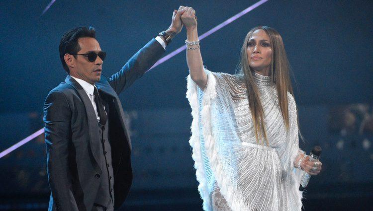 Marc Anthony y Jennifer Lopez tras cantar 'Olvídame y pega la vuelta' en los Grammy Latinos 2016