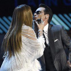 Jennifer Lopez y Marc Anthony, a punto de besarse en los Grammy Latinos 2016