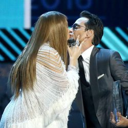 Jennifer Lopez y Marc Anthony besándose en los Grammy Latinos 2016