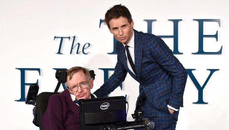 Eddie Redmayne y Stephen Hawking en el rodaje de 'La teoría del todo'