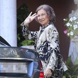 La Reina Sofía saludando desde el coche acudiendo al bautizo de Nicolás Gómez-Acebo