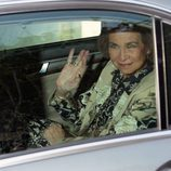 La Reina Sofía dice adiós desde el coche tras el bautizo de Nicolás Gómez-Acebo
