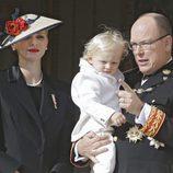 Alberto y Charlene de Mónaco con su hijo Jacques en el Día Nacional de Mónaco 2016