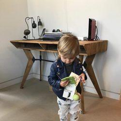 Reign, hijo de Kourtney Kardashian con un libro
