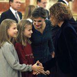 La Reina Letizia habla con la Princesa Leonor mientras la Infanta Sofía saluda a Meritxell Batet en la Apertura de la XII Legislatura