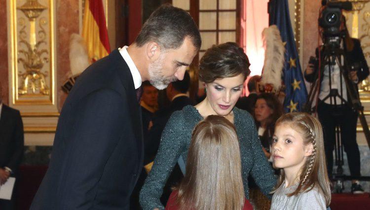 Los Reyes Felipe y Letizia hablan con la Princesa Leonor y la Infanta Sofía en la Apertura de la XII Legislatura