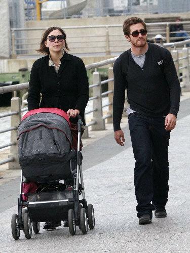 Maggie y Jake Gyllenhaal paseando juntos